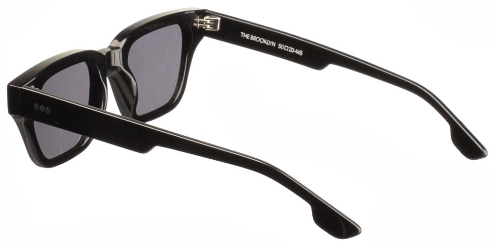 Τετράγωνα ανδρικά και γυναικεία γυαλιά ηλίου Komono Brooklyn Black σε μαύρο κοκάλινο σκελετό και polarized σκούρους γκρι φακούςγια όλα τα πρόσωπα.