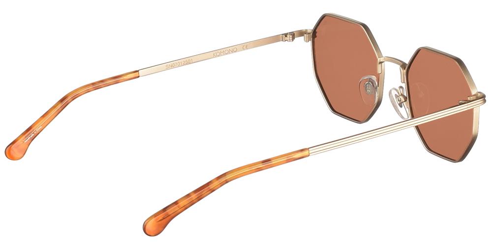 Unisex μεταλλικά πολυγωνικά γυαλιά ηλίου Monroe σε χρυσό μεταλλικό χρώμα και καφέ φακούς της σειράς Crafted εταιρίας Komonoγια όλα τα πρόσωπα.