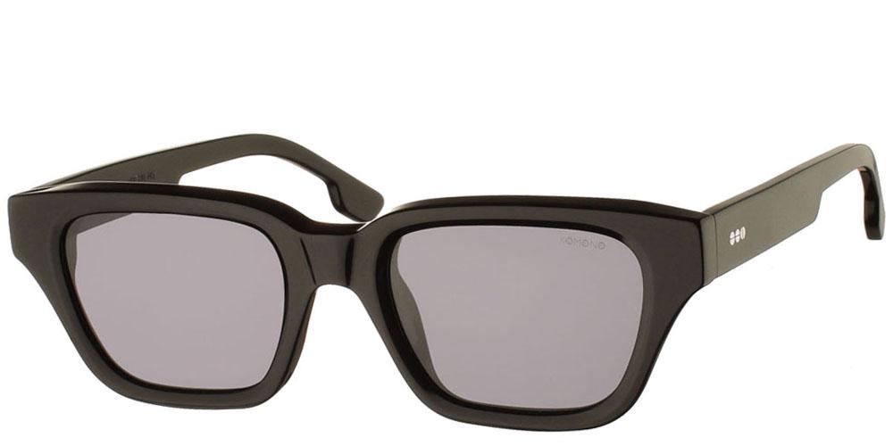 Τετράγωνα unisex γυαλιά ηλίου Brooklyn σε μαύρο κοκάλινο σκελετό και polarized σκούρους γκρι φακούς της εταιρίαςKomonoγια όλα τα πρόσωπα.