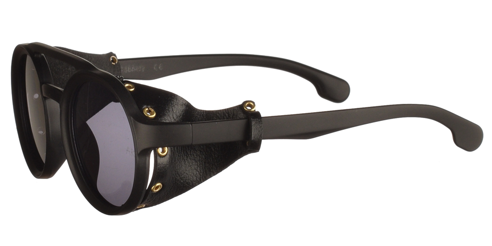 Unisex στρογγυλά πιλοτικά γυαλιά ηλίου Carlos σε μαύρο ματ χρώμα με διπλή μπάρα, δερμάτινες μαύρες λεπτομέρειες στο πλάι και σκουρόχρωμους γκρι φακούς της εταιρίας Armed Robbery για όλα τα πρόσωπα.