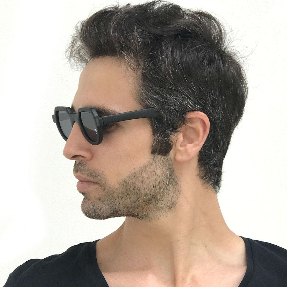Κοκάλινα στρογγυλά ανδρικά και γυναικεία γυαλιά ηλίου Hitek Alexander 010 Black σε μαύρο ματ σκελετό και σκούρους γκρι φακούςγια όλα τα πρόσωπα.