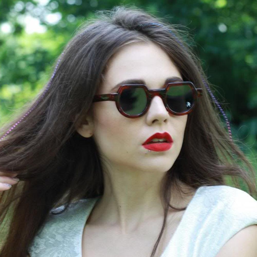 Κοκάλινα στρογγυλά ανδρικά και γυναικεία γυαλιά ηλίου Hitek Alexander 010 Tortoise σε καφέ ταρταρούγα και σκούρους γκρι φακούςγια όλα τα πρόσωπα.