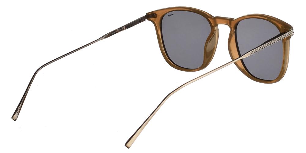 Διαχρονικά κοκάλινα ανδρικά γυαλιά ηλίου B2004 σε ανοιχτόχρωμο καφέ σκελετό με γκρι polarized φακούς της εταιρίας Invu για όλα τα πρόσωπα.