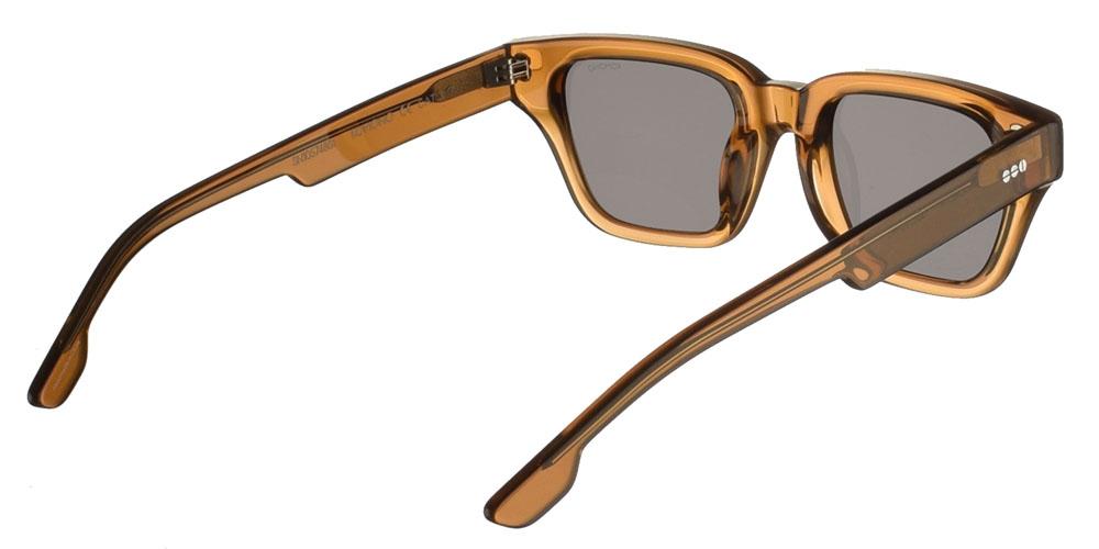Τετράγωνα unisex γυαλιά ηλίου Brooklyn σε καφέ κοκάλινο σκελετό και σκούρους γκρι polarized φακούς της εταιρίας Komonoγια όλα τα πρόσωπα.