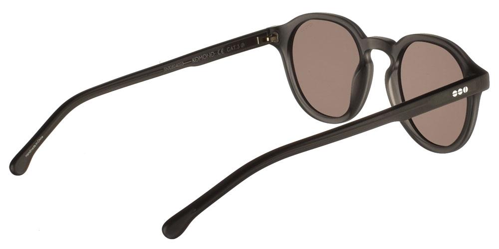 Κοκάλινα unisex γυαλιά ηλίου Damien σε σκουρόχρωμο ματ γκρι σκελετό και γκρι-καφέ polarized φακούς της εταιρίας Komonoγια όλα τα πρόσωπα.