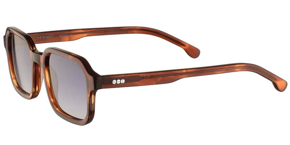Τετράγωνα ανδρικά και γυναικεία γυαλιά ηλίου Komono Romeo Bourbon σε καφέ ταρταρούγα και επίπεδους γκρι ντεγκραντέ polarized φακούς.
