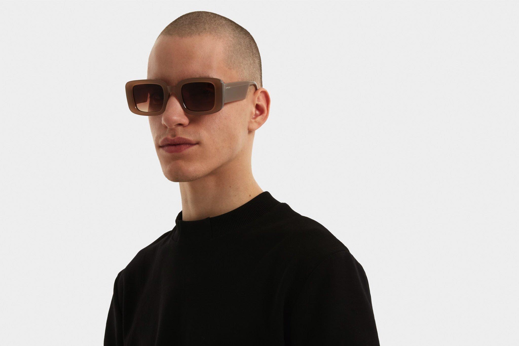 Τετράγωνα unisex κοκάλινα γυαλιά ηλίου Avery σε μπεζ σκελετό και καφέ ντεγκραντέ φακούς της εταιρίας Komonoγια όλα τα πρόσωπα.