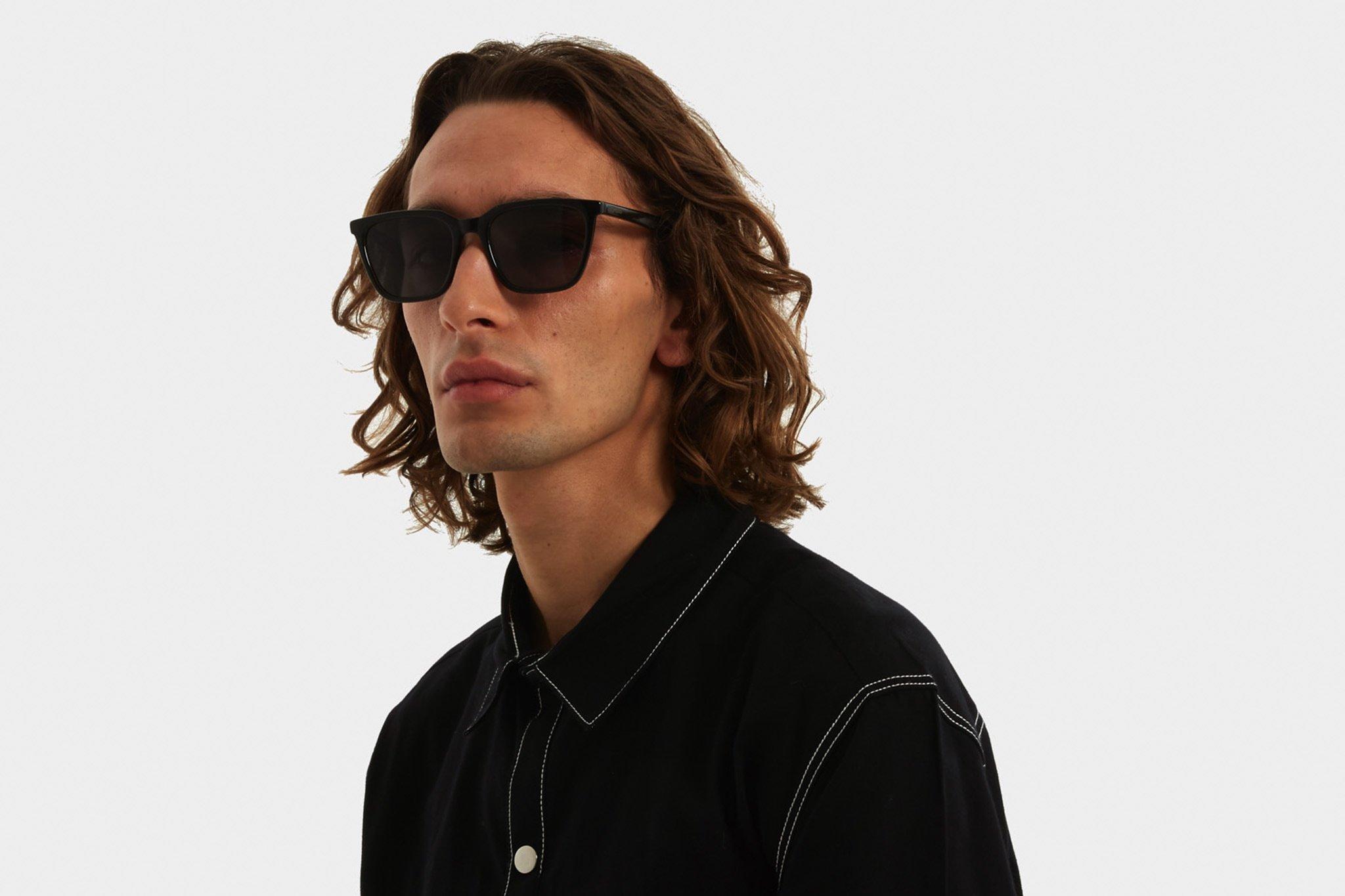 Κοκάλινα unisex γυαλιά ηλίου Jay σε σκουρόχρωμη καφέ ταρταρούγα και σκούρους γκρι φακούς της εταιρίας Komonoγια όλα τα πρόσωπα.