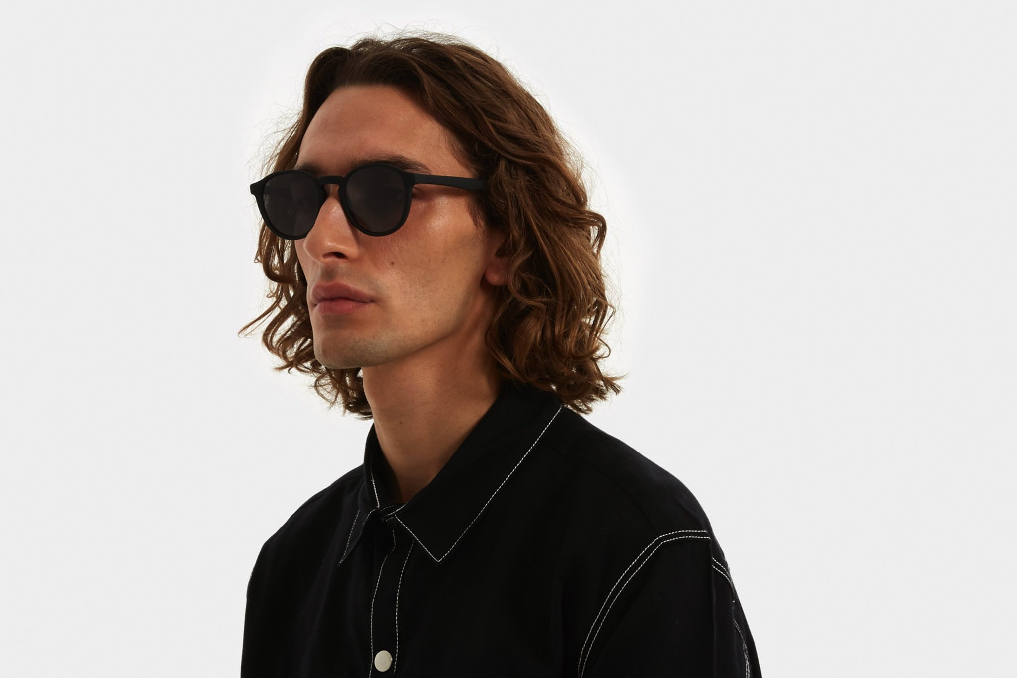 Κοκάλινα unisex γυαλιά ηλίου Liam σε μαύρο ματ σκελετό και επίπεδους γκρι φακούς της εταιρίας Komonoγια όλα τα πρόσωπα.