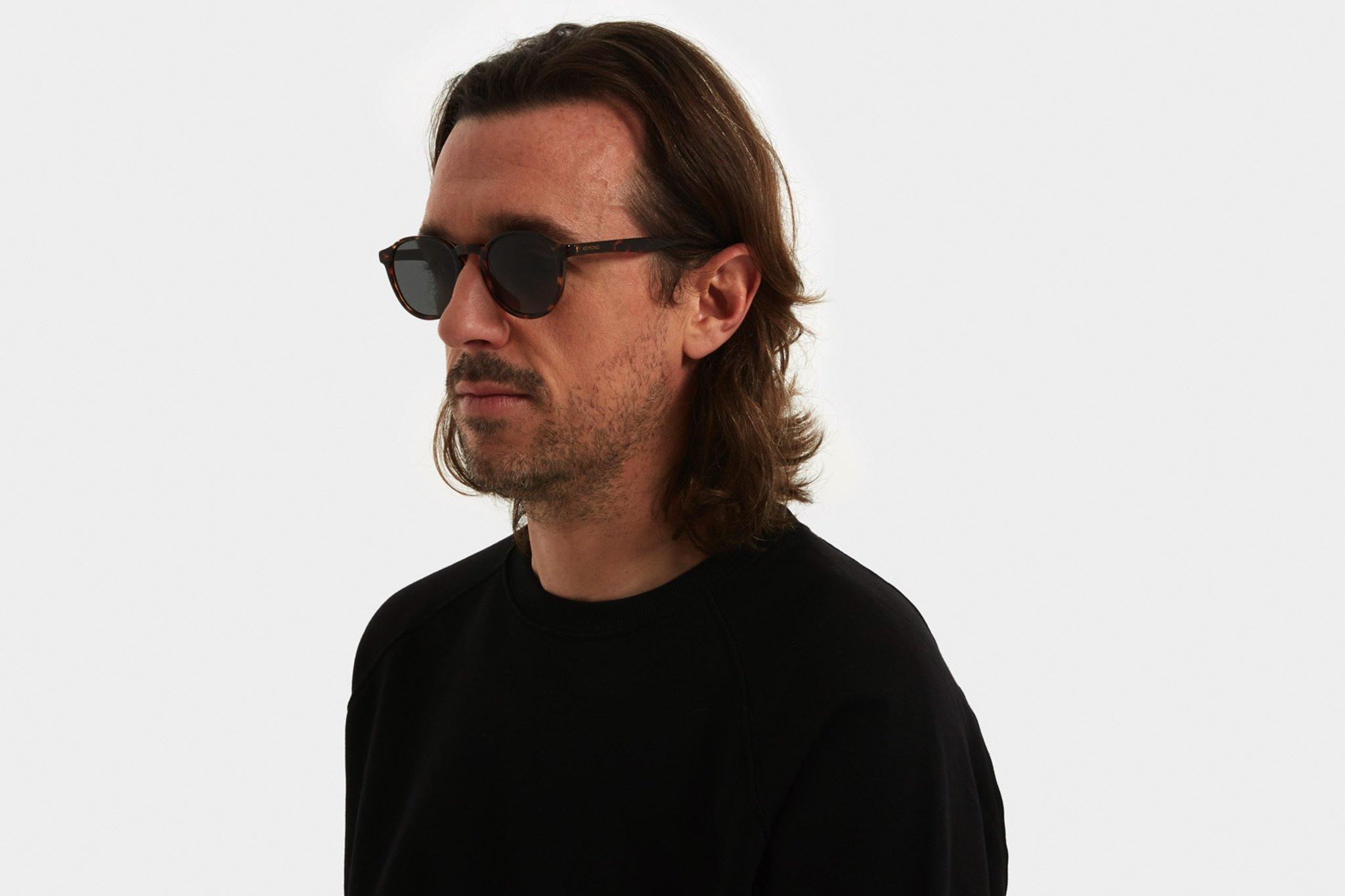 Κοκάλινα unisex γυαλιά ηλίου Liam σε καφέ ταρταρούγα και επίπεδους πράσινους φακούς της εταιρίας Komonoγια όλα τα πρόσωπα.
