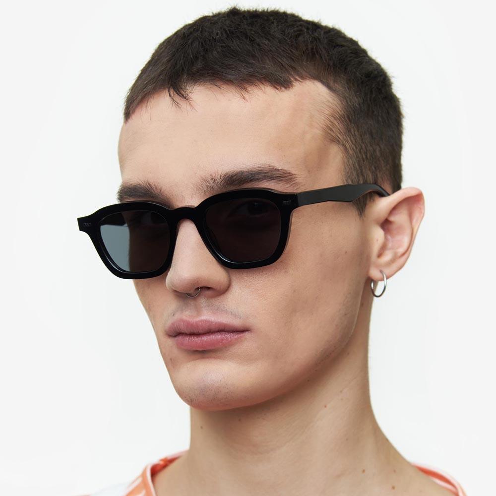 Χειροποίητα κοκάλινα unisex γυαλιά ηλίου Mente σε μαύρο σκελετό και επίπεδους σκούρους γκρι φακούς με εσωτερικές antireflex επιστρώσεις της εταιρίας Gast για μικρά και μεσαία πρόσωπα.