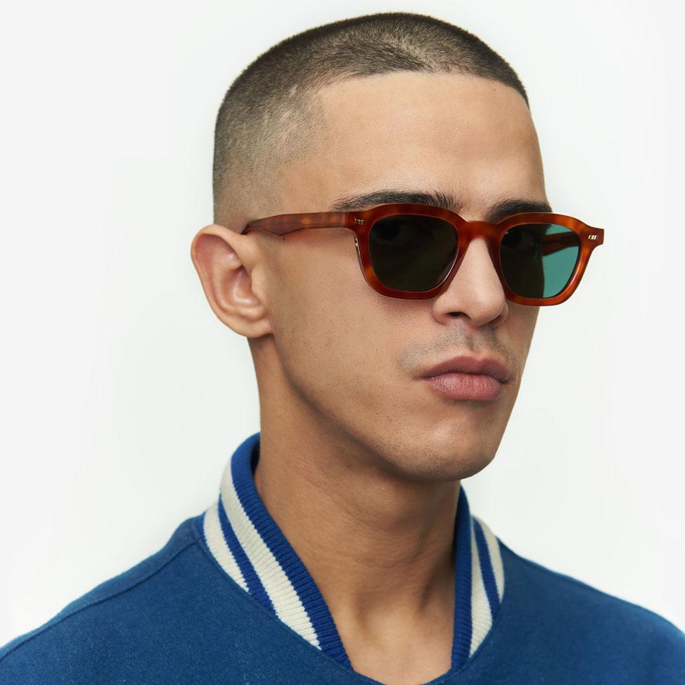 Χειροποίητα κοκάλινα unisex γυαλιά ηλίου Mente σε ανοιχτόχρωμη ταρταρούγα και επίπεδους σκούρους πράσινους φακούς με εσωτερικές antireflex επιστρώσεις της εταιρίας Gastγια μικρά και μεσαία πρόσωπα.