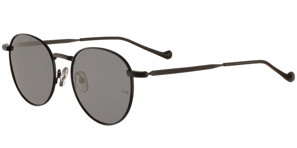 Στρογγυλά μεταλλικά unisex γυαλιά ηλίου Kings Cross σε μαύρο σκελετό και επίπεδους σκούρους γκρι φακούς της εταιρίας Armed Robberyγια όλα τα πρόσωπα.