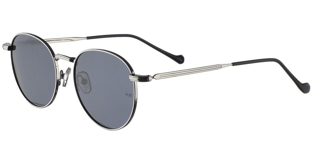 Στρογγυλά μεταλλικά unisex γυαλιά ηλίου Kings Cross σε ασημί σκελετό και επίπεδους σκούρους γκρι φακούς της εταιρίας Armed Robberyγια όλα τα πρόσωπα.