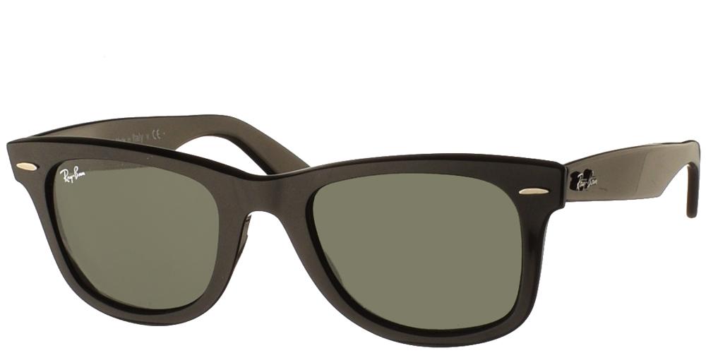 Τετράγωνα διαχρονικά unisex γυαλιά ηλίου RB 2140 Wayfarer σε μαύρο σκελετό και σκούρους πράσινους φακούς της εταιρίας Ray Banγια όλα τα πρόσωπα.
