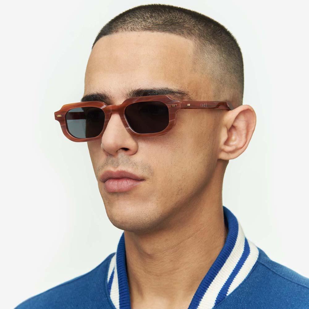 Χειροποίητα κοκάλινα unisex γυαλιά ηλίου Pai σε καφέ σκελετό, με εφέ μαρμάρου και επίπεδους σκούρους γκρι φακούς με εσωτερικές antireflex επιστρώσεις της εταιρίας Gastγια μικρά και μεσαία πρόσωπα.