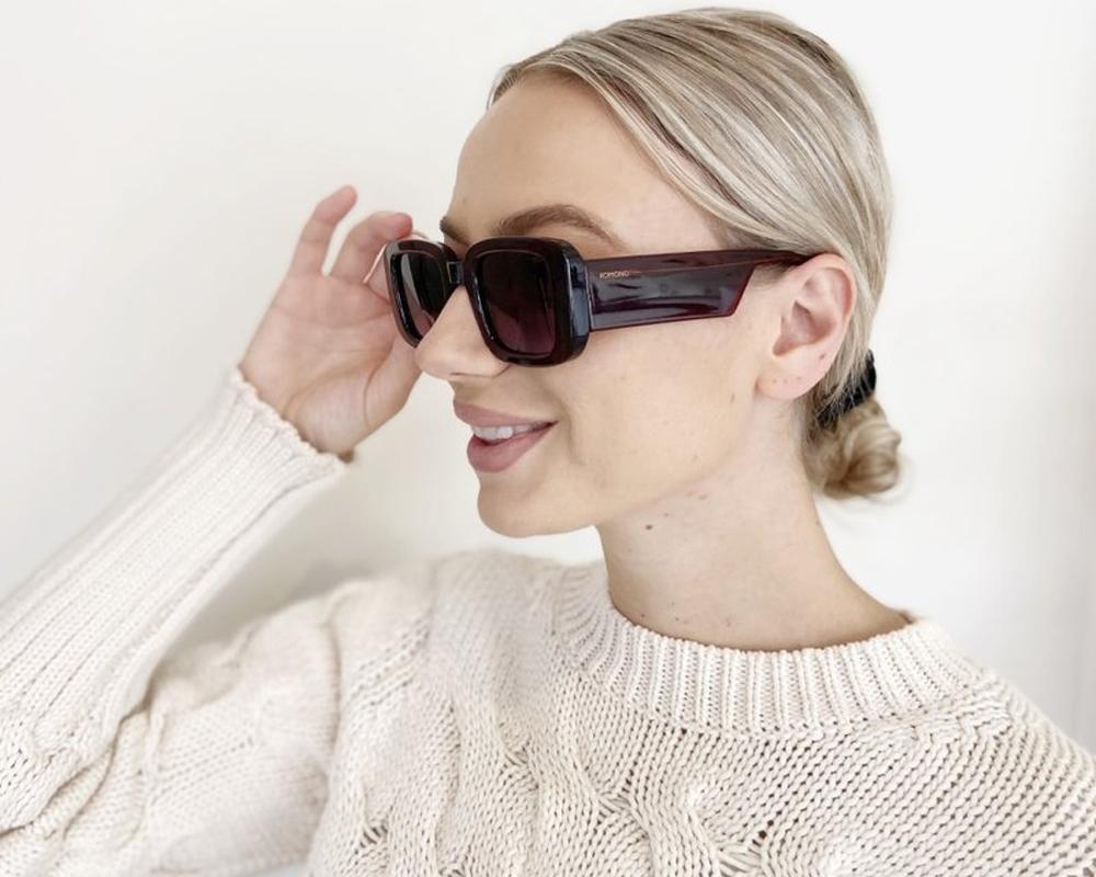 Κοκάλινα unisex γυαλιά ηλίου Avery σε μπορντώ σκελετό και γκρι ντεγκραντέ φακούς της εταιρίας Komonoγια όλα τα πρόσωπα.