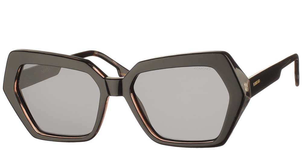 Γυναικεία κοκάλινα γυαλιά ηλίου Poly σε μαύρη ταρταρούγα και σκούρους γκρι φακούς της εταιρίας Komonoγια μεσαία και μεγάλα πρόσωπα.