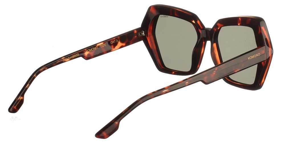 Γυναικεία κοκάλινα γυαλιά ηλίου Poly σε καφέ ταρταρούγα και σκούρους πράσινους φακούς της εταιρίας Komonoγια μεσαία και μεγάλα πρόσωπα.