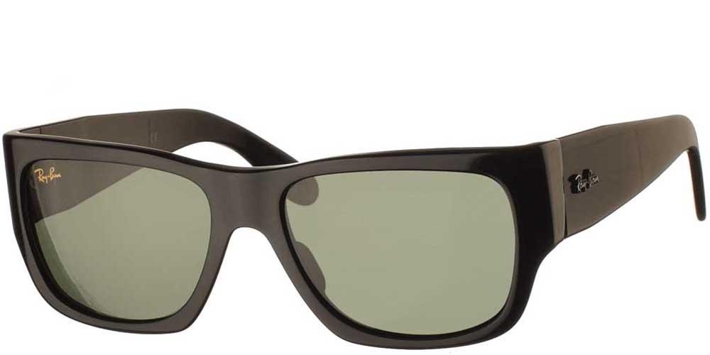 Τετράγωνα κλασικά γυαλιά ηλίου RB 2187 Nomad σε μαύρο σκελετό και σκούρους πράσινους φακούς της εταιρίας Ray Banγια όλα τα πρόσωπα.