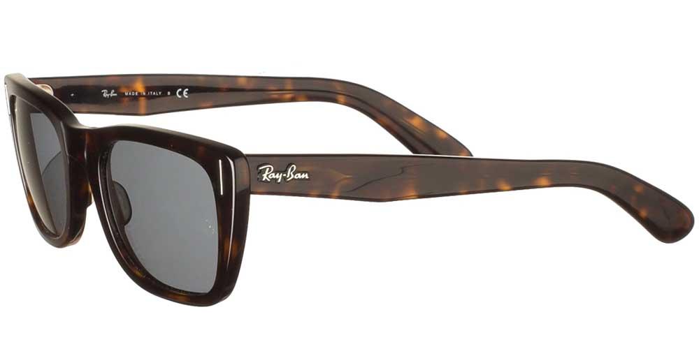 Τετράγωνα κλασικά γυαλιά ηλίου RB 2248 Caribbean σε καφέ ταρταρούγα και σκούρους γκρι φακούς της εταιρίας Ray Banγια μικρά και μεσαία πρόσωπα.