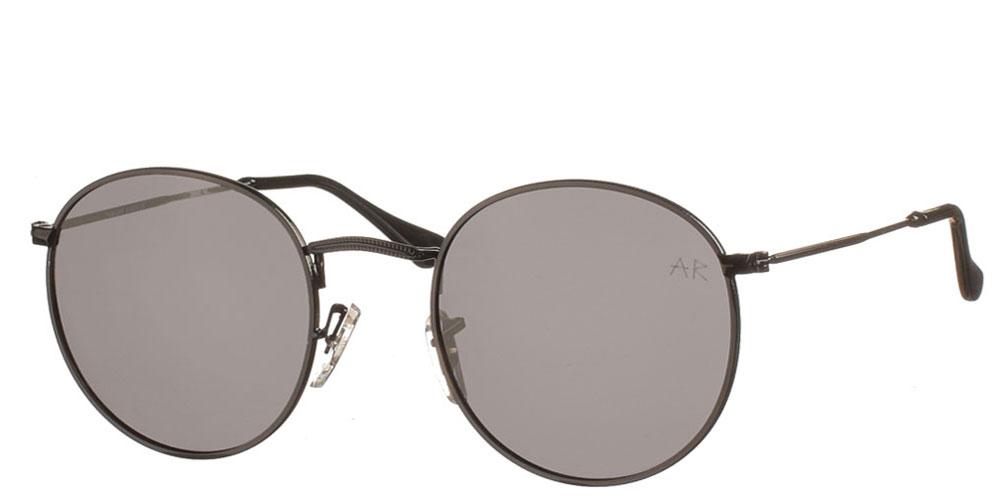 Μεταλλικά ανδρικά και γυναικεία στρογγυλά γυαλιά ηλίου Willy P σε μαύρο χρώμα και μαύρους polarized φακούς της εταιρίας Armed Robberyγια όλα τα πρόσωπα.