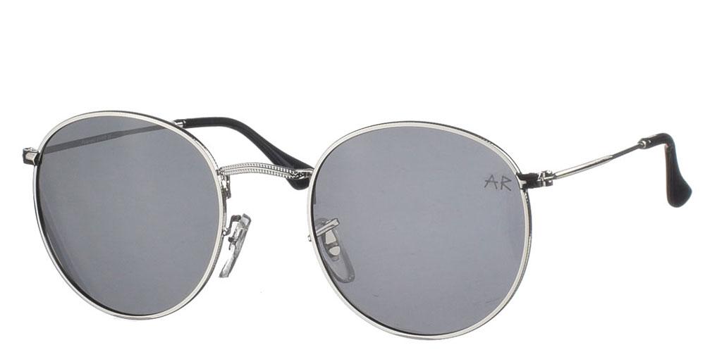 Μεταλλικά ανδρικά και γυναικεία στρογγυλά γυαλιά ηλίου Willy P με ασημί σκελετό και σκούρους γκρί polarized φακούς της εταιρίας Armed Robberyκατάλληλο για όλα τα πρόσωπα.