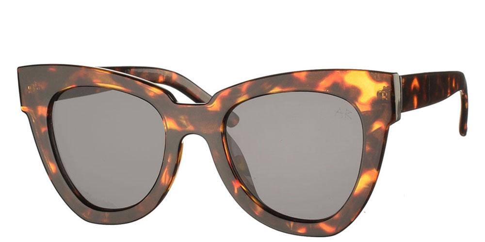Κοκάλινα oversized γυναικεία γυαλιά ηλίου πεταλούδα Sandra καφέ ταρταρούγα και σκούρους γκρι φακούς της εταιρίας Armed Robbery κατάλληλα για μεσαία και μεγάλα πρόσωπα.