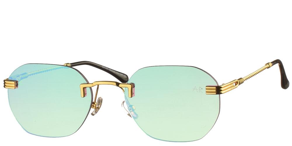 Πολυγωνικά unisex γυαλιά ηλίου Naked Gun με χρυσό σκελετό και απαλούς πράσινους ντεγκραντέ καθρέφτες της εταιρίας Armed Robbery κατάλληλα για μεσαία και μεγάλα πρόσωπα.