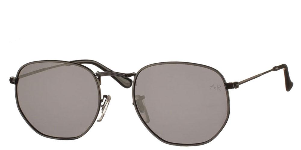 Πολυγωνικά μεταλλικά ανδρικά και γυναικεία γυαλιά ηλίου Sheriff με μαύρο σκελετό και σκούρους γκρι polarized φακούς της εταιρίας Armed Robbery κατάλληλα για όλα τα πρόσωπα.