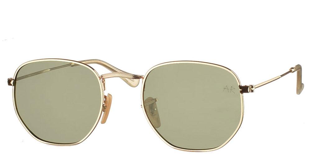 Πολυγωνικά μεταλλικά ανδρικά και γυναικεία γυαλιά ηλίου Sheriff με χρυσό σκελετό και σκούρους πράσινους polarized φακούς της εταιρίας Armed Robbery κατάλληλα για όλα τα πρόσωπα.